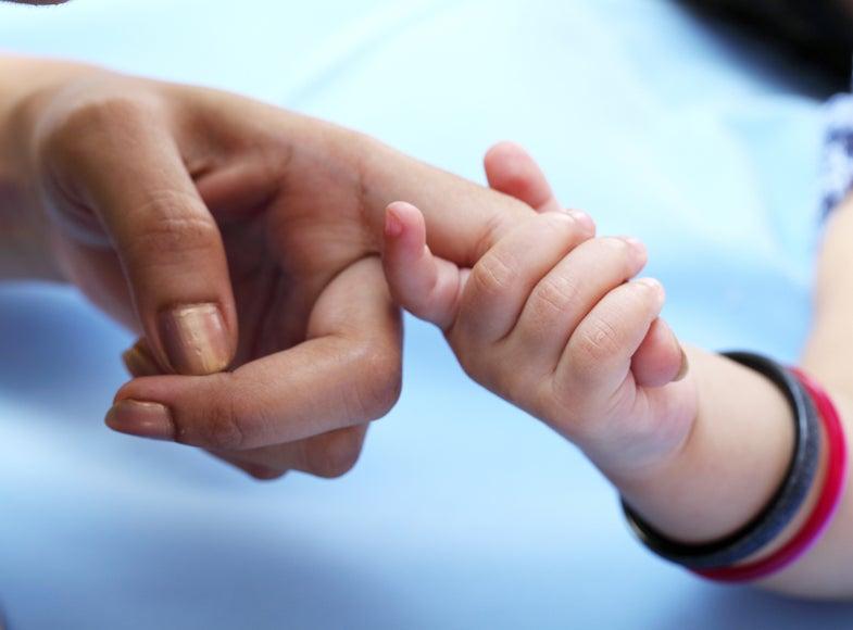 mom child holding hands