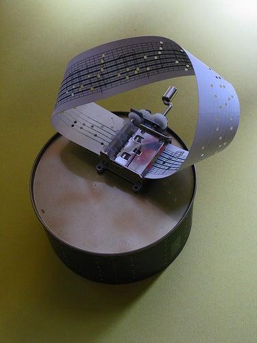 Möbius Strip Music Box Brings Non-Orientable Topology to the Trinket World