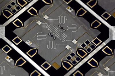 Quantum Processor Calculates That 15 = 3×5 (With Almost 50% Accuracy!)