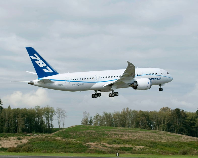 Video: Sparks Fly As 787 Dreamliner Drags Its Tail; FAA Mandates A Wide Berth