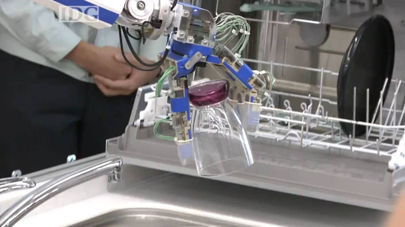 Video: Panasonic's Kitchen Bot Can Do Dishes