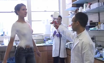 Video: Spanish Designer Demonstrates Spray-On Clothing