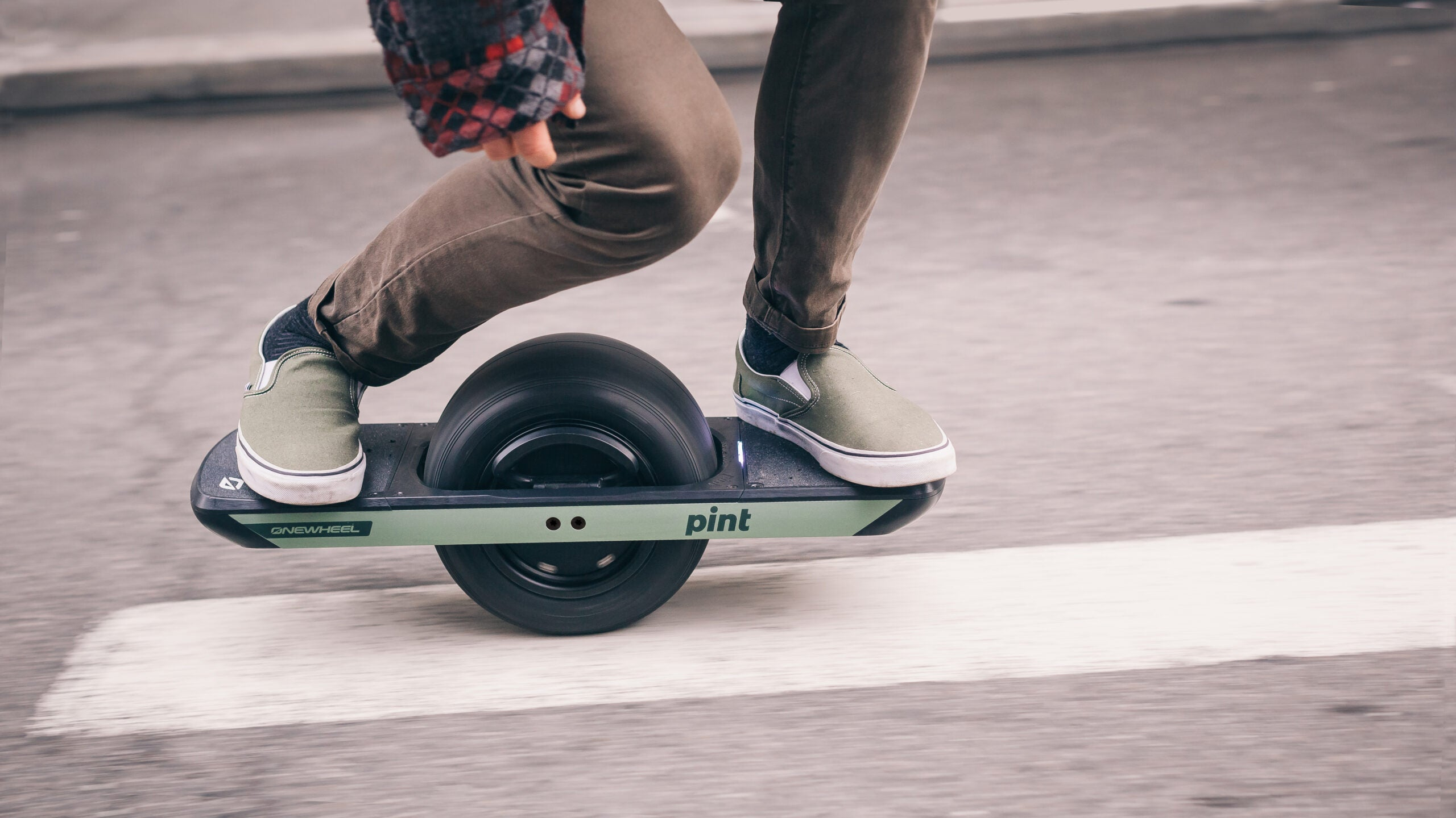 How this one-wheeled skateboard lets riders cruise without crashing