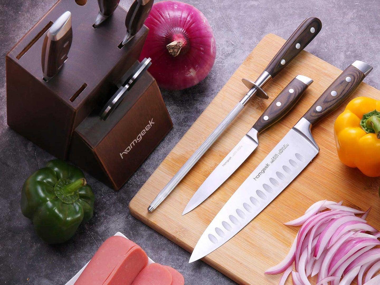 homgeek knife set with cutting board and veggies