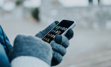 Touchscreen gloves to use your phone outdoors year-round
