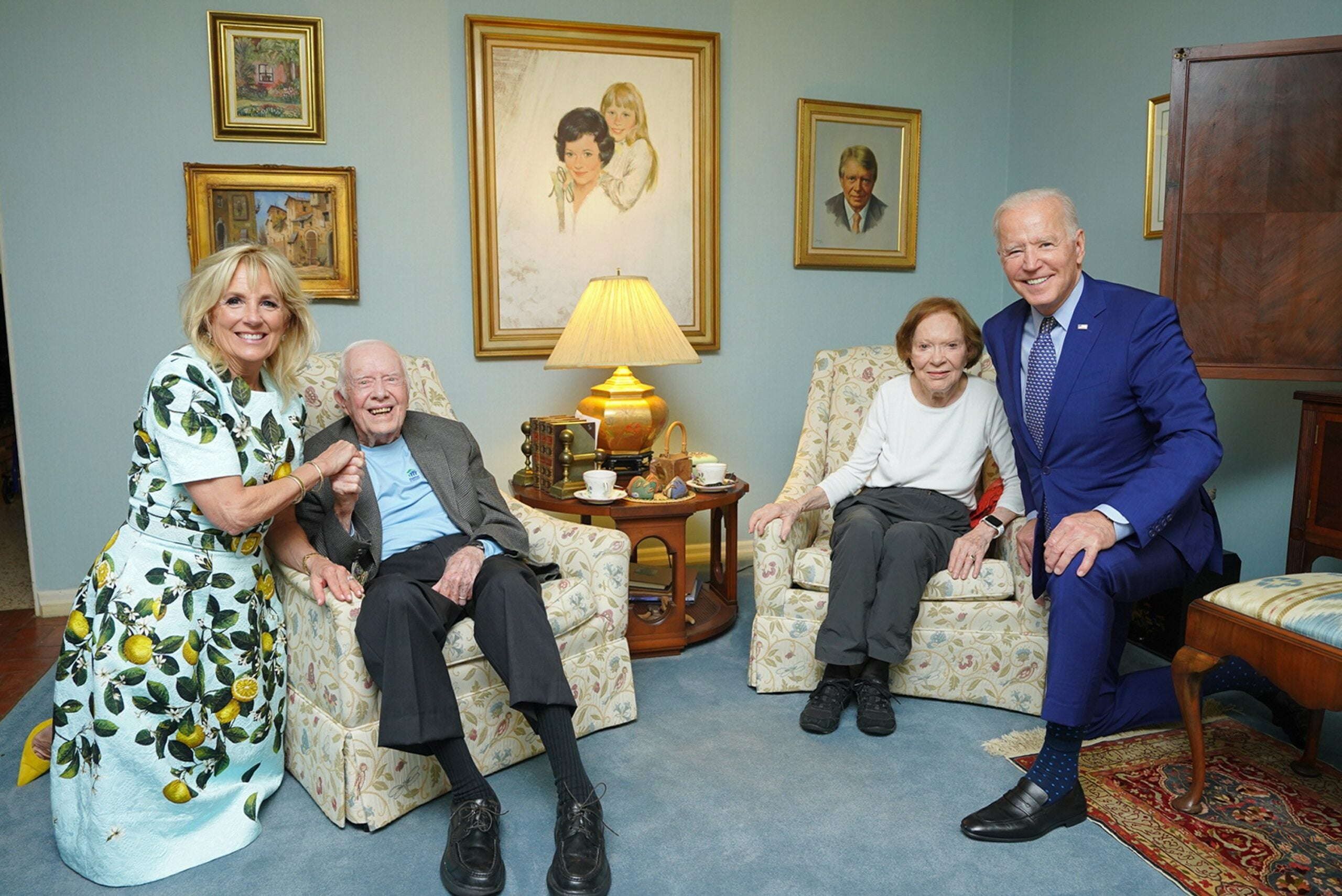 Photo in which the Bidens look huge