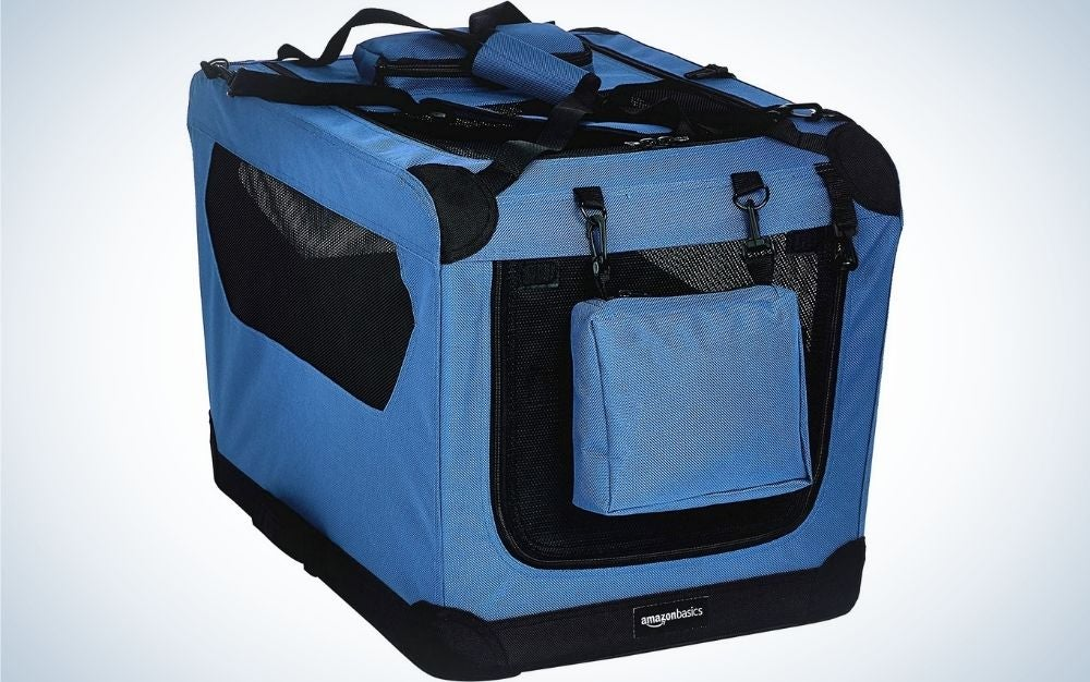 A carrying bag that serves to hold the animal in which it has pockets with side chains and is blue and black.