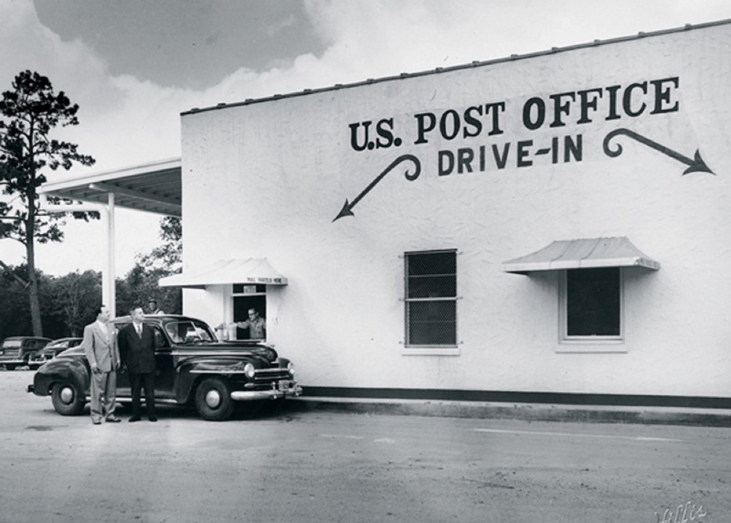 A drive-thru post office in Houston, Texas, in 1951 in black and white